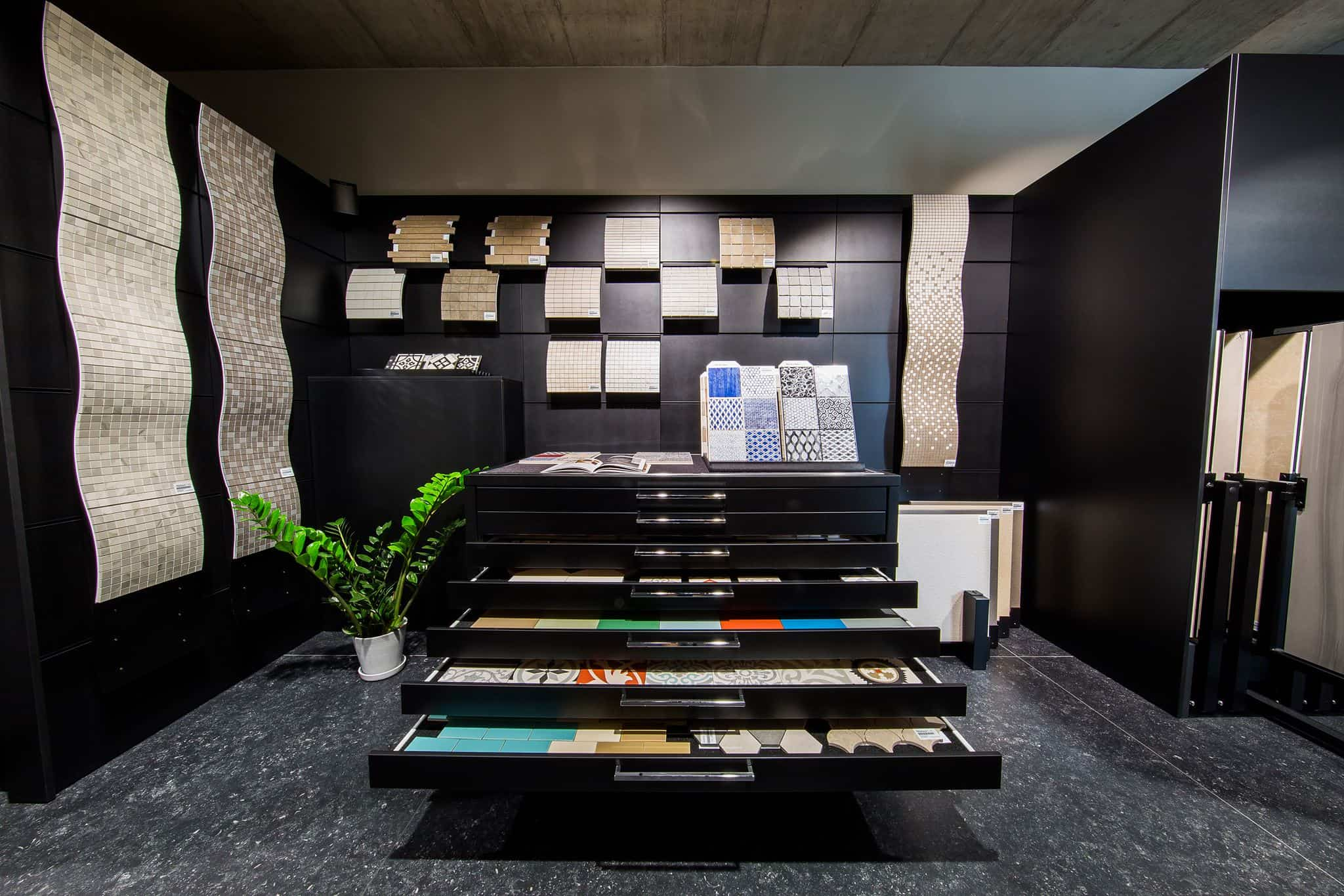 Schubladen voller Fliesen bei Berlin Fliesendesign